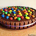 Gâteau d'anniversaire au chocolat, à la mousse de lait aux m&m'<b>s</b> et au Kinder pour les 4 ans de pépette!