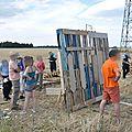 Sur le Plateau de Saclay (91), contre le bétonnage des <b>terres</b> agricoles : une cabane symbolique.