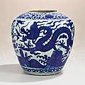 Rare grande jarre en porcelaine bleu blanc, Marque et époque Jiajing (1522-1566)