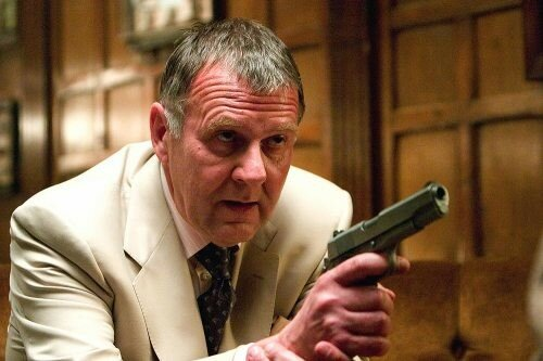 TOM WILKINSON est Carmine Falcone dans Batman Begins