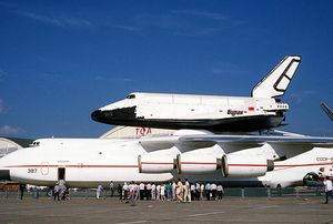 Buran_on_An-225_(Le_Bourget_1989)_1