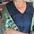 Une robe à col avec des boutons