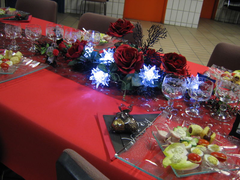 Table de no l rouge et noir for Idees deco table noel