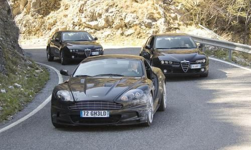 James Bond au volant de son Aston Martin
