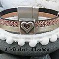 Un peu de douceur et d'originalité avec ce bracelet large ruban à pompons, cuir satiné métallisé argenté et cuir caviar rose fon