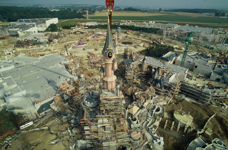 Photos de la construction du Parc Disneyland - Page 2 49390478