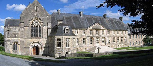 800px_Abbaye_st_sauveur_panorama_1