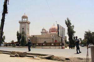 349779-policiers-afghans-montent-garde-devant