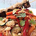 Wok de légumes sauce saté, shiratakis (nouilles) de konjac et brochettes <b>vegan</b> et sans gluten