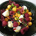 Salade fruitée au melon, mozza, framboises et brésaola