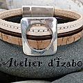 <b>Bracelet</b> multirangs <b>cuir</b> aspect liège, <b>cuir</b> rond marron et <b>cuir</b> cousu blanc pour ce <b>bracelet</b> femme et son passant carré percé d'