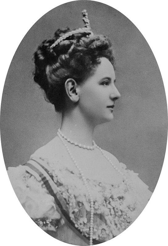 697px-Wilhelmina_of_the_Netherlands,_1909