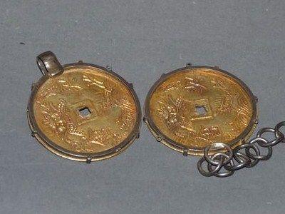 deux_medaillons_en_or_en_forme_de_pieces_de_monnaie_1306751851494487