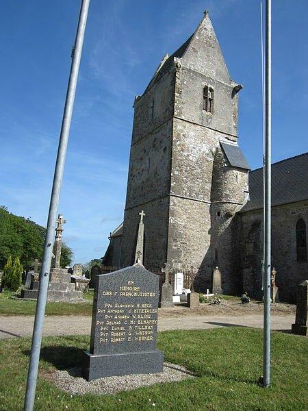 450px-Église_Notre-Dame_d'Hémevez_-_Stèle_à_la_mémoire_des_pachutistes_exécutés_de_la_82nd_US_Airborne_Division