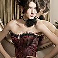 Le <b>corset</b> <b>brocade</b> rouge