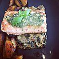 saumon au <b>pesto</b> sur lit de courgettes