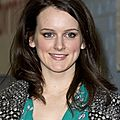 Sophie McShera devant les studios de l'mission
