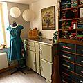 Un bel atelier bien rangé.... et une robe en devenir!