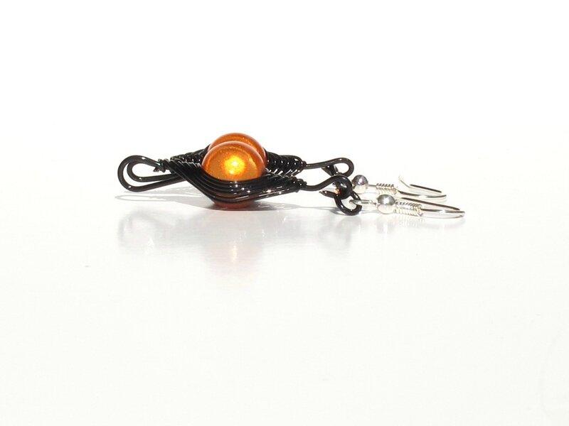 boucles d'oreilles wire noir perles oranges profil