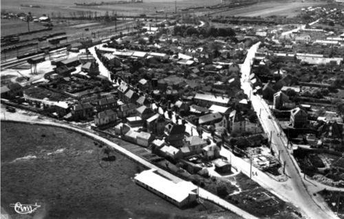 Mézidon - vue aérienne (le Breuil et la gare SNCF au fond)