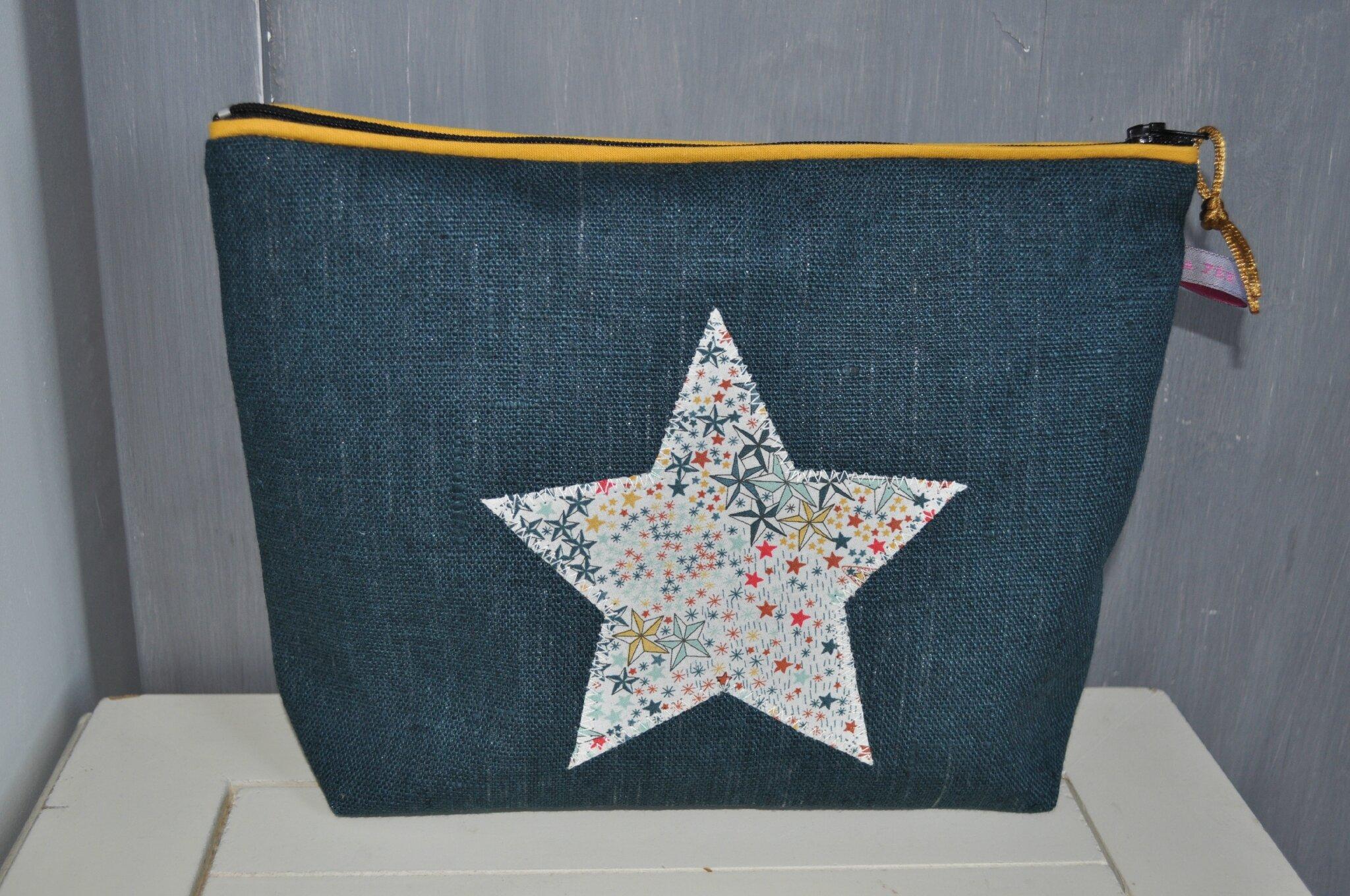 trousse de toilette en lin enduit bleu russe, appliqué étoile