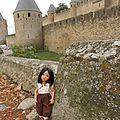 Mina découvre la cité de Carcassonne