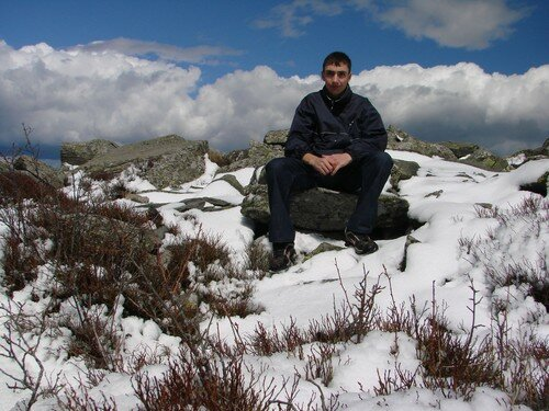 2008 04 14 Cyril assie sur une pierre au Lizieux