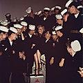 19/06/1951, Long Beach - Marilyn visite le navire USS Benhamn par Florea