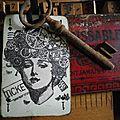 Pampille en bois, tag sur ancienne carte de jeu, clé, tampons lettres...
