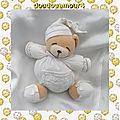 Doudou peluche ours beige boule blanc dormeur poche broderie kaloo