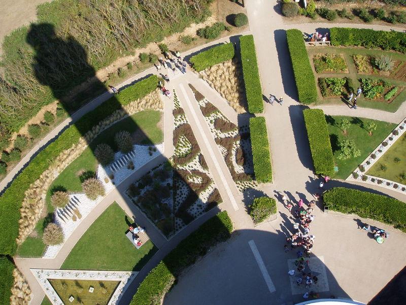 Ombre de phare sur jardin (Chassiron, août 2010)