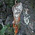 attrape-rêve à trois dentelle monté sur branches de bruyère