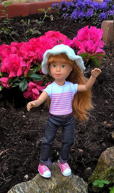 Lyouba et son chapeau créaLouise 04 Lily heureuse