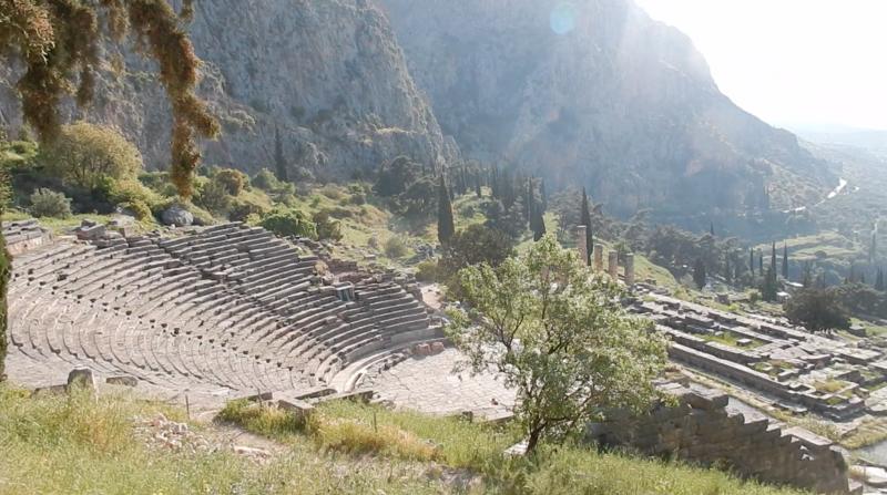 Delphes l'amphithéâtre et le temple d'Apollon 200418 2