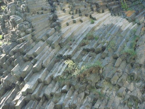 2008 06 26 Voici le rocher qui longe la cascade du Ray Pic, formait par de la lave lors d'un volcan