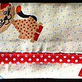 Etui <b>à</b> <b>mouchoirs</b> imprimé chats, bordure rouge <b>à</b> pois