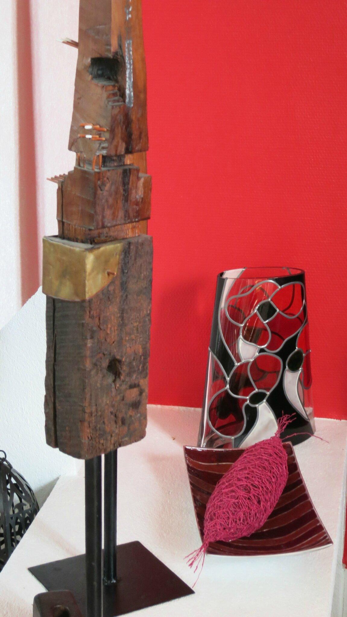 Un salon chaleureux chez un artiste peintre-sculpteur
