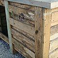 Une niche avec une caisse de palette