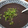 Soupe de haricots noirs et piments japalenos