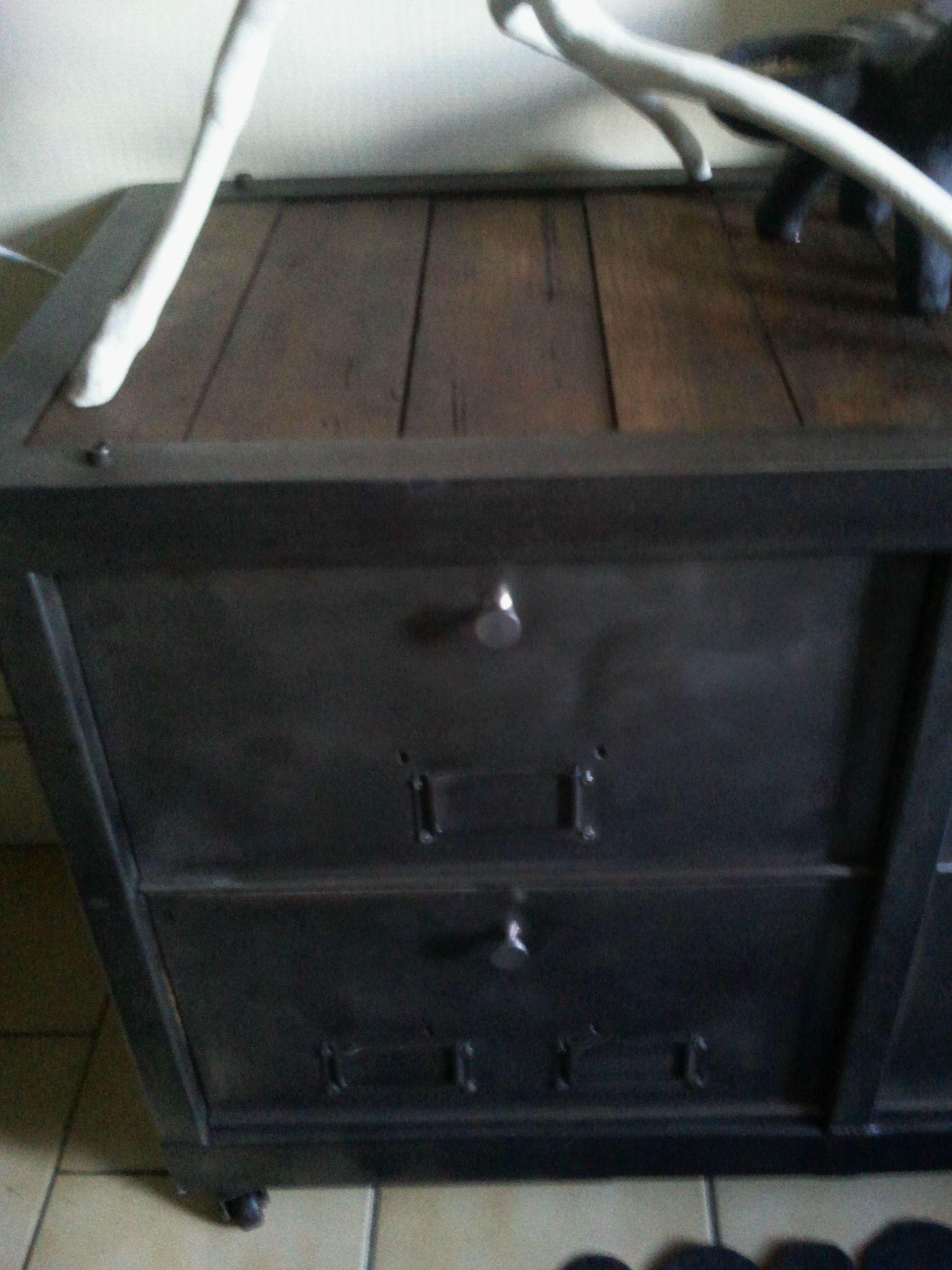 auTRe BeLLe aCQuiSiTioN*un meuble télé faite de mobilier ancien industriel..j'adoooore...*