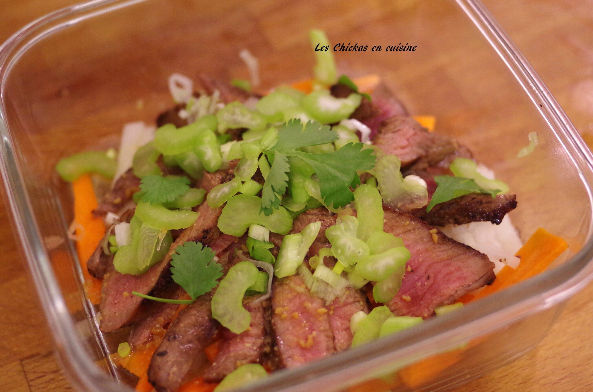 Recette japonaise : salade de boeuf grillé, carotte, radis blanc, céleri.