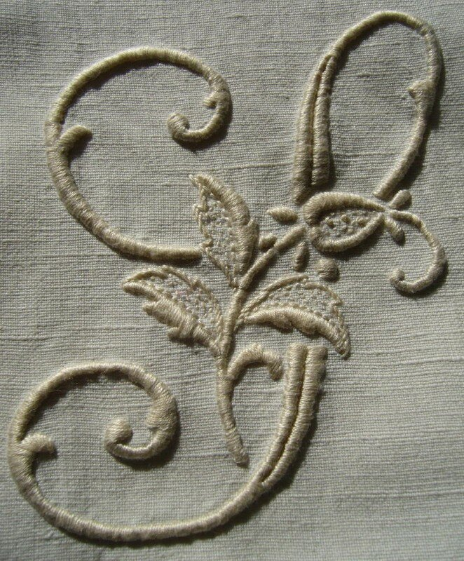alphabet à la rose, lettre S, grand modèle, écru sur fond blanc