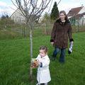 A la chasse aux petits Pâques dans le jardin