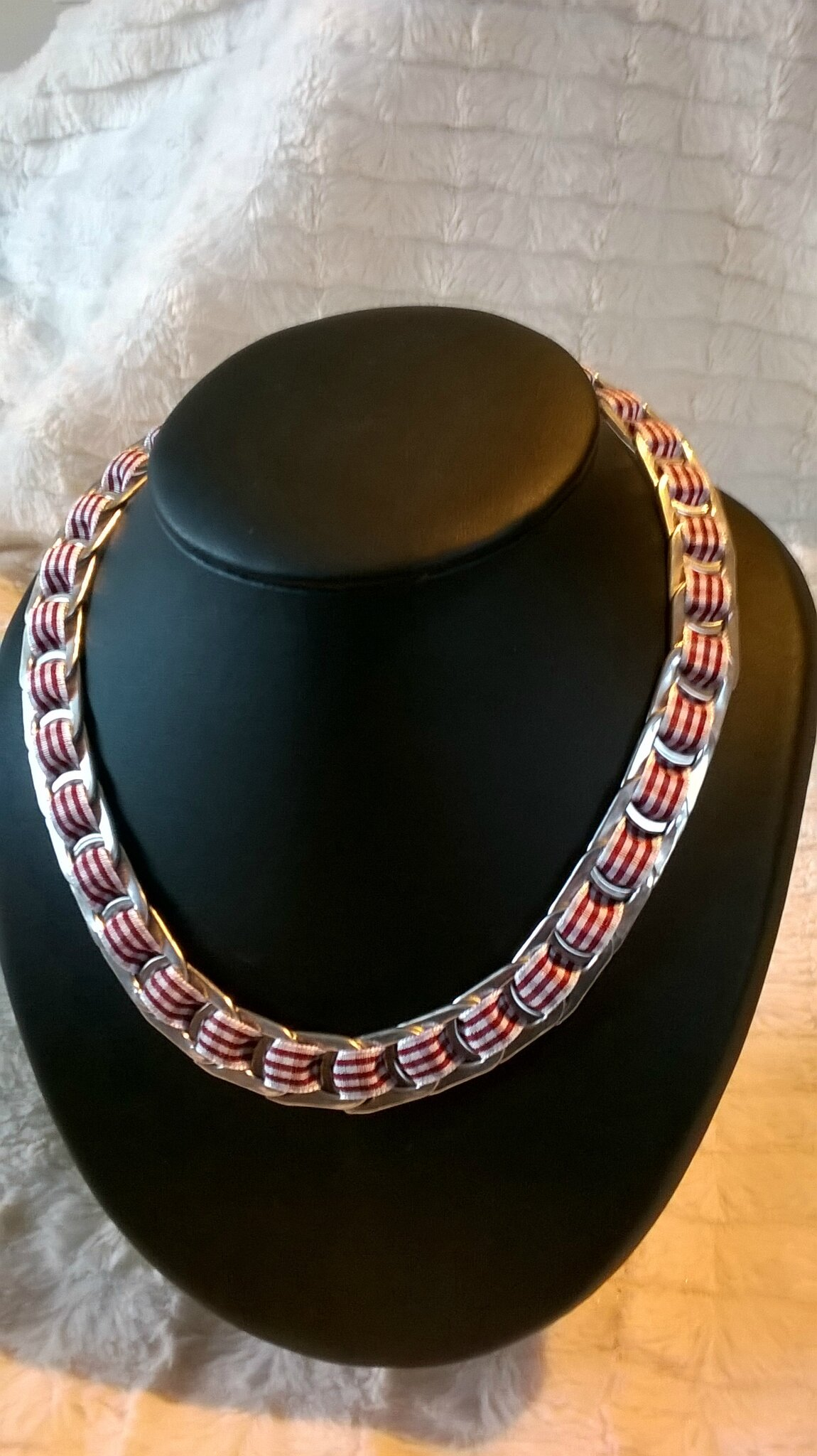 collier ruban carreaux bordeaux et blancs