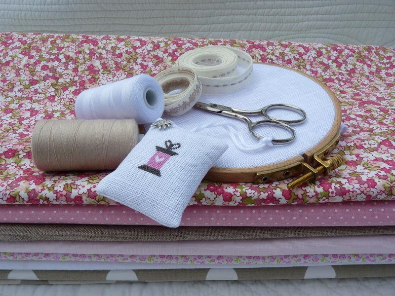 Tambour, ciseaux, fils et tissus