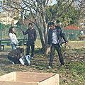 Hichem, Mehdi, Luana, Justine à côté du figuier taillé de frais