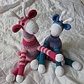 Deux girafes rose parme et bleu vert