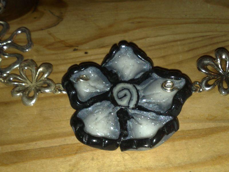 fleur grise et noire