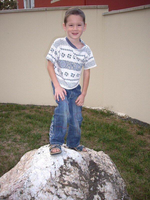 Théo 4 ans sur un rocher