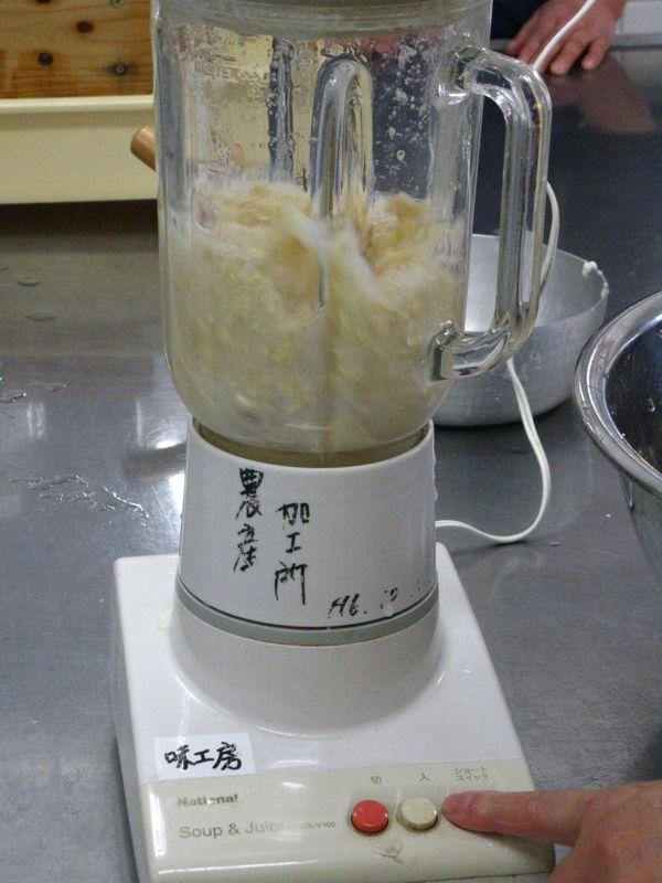 On broie les fèves de soya